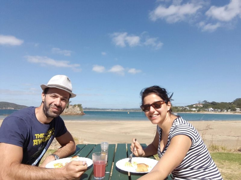 couple-having-breakfast-at-sea-North-island-New-Zealand