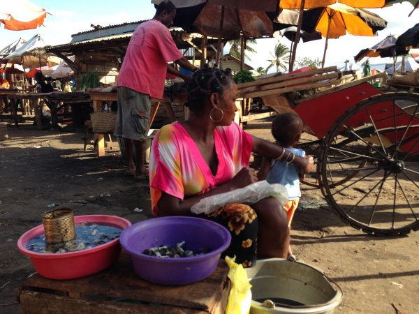 MADAGASCAR-MARKET-WOMAN-PAINTED-FACE