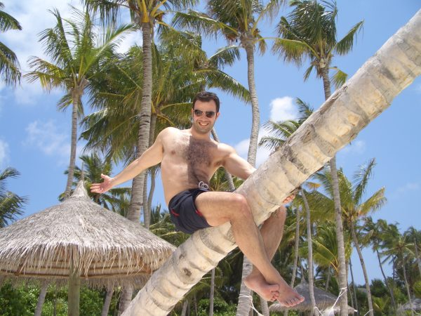 maldives_climbing_tree_man_2