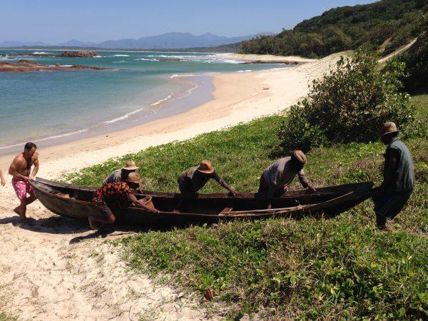 men-push-boat-madagascar