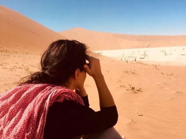 γυναικα κοιταει την ερημο στεναχωρημενη